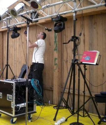 Hier beim Bühnenaufbau bei einem Feuerwehrfest in Niederösterreich