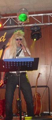 Kurt Wagner mit Perücke und Sonnenbrille, Faschingsgschnas