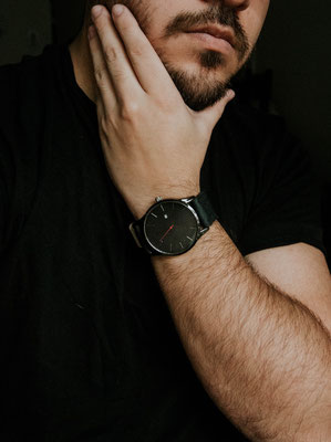 Mann mit schwarzer Uhr