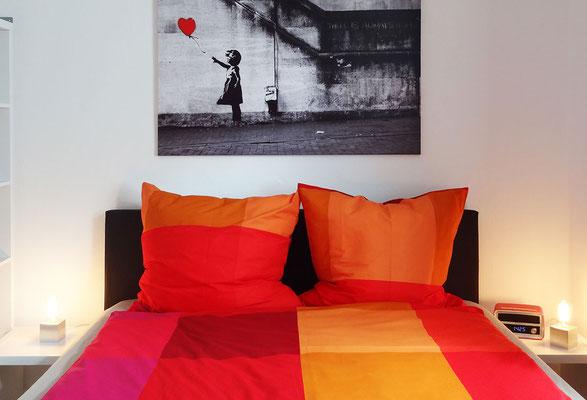Ein gemütliches Bett (1,60 x 2,00 m) lädt zum Träumen ein.