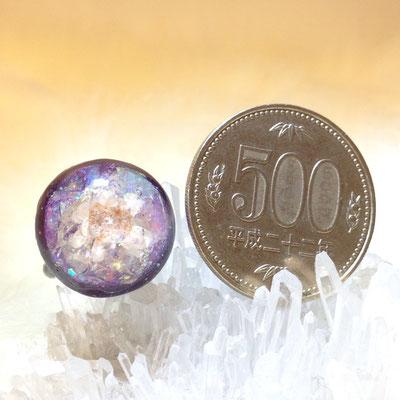 五百円玉より少し小さめ。邪魔にならないけど目立つサイズです。