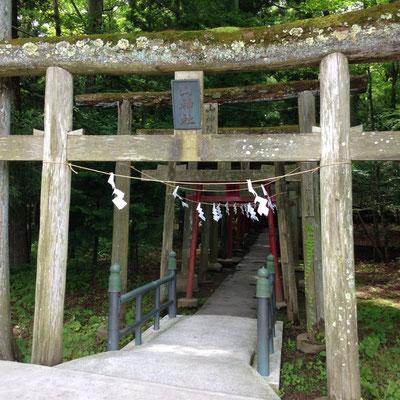 新屋山神社の本宮入り口