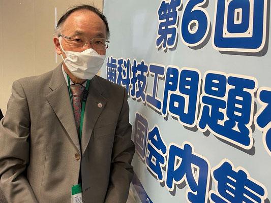 集会に参加した矢野歯科医師。