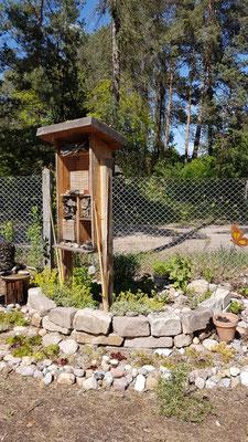 Unser Insektenhotel Mai 2021 mit Natursteinmauer