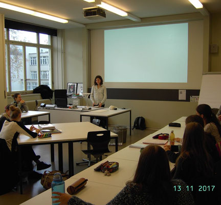 Nina Höfliger talks about her internship in Hamburg in front of the graduating class 2018