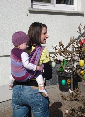 Anja mit Tochter im Tragetuch auf dem Rücken