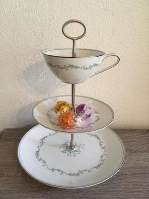 Nr. 444   sFr. 29.-  (Dessertteller, Unterteller, Kaffeetasse)  Höhe ca. 25cm  (z.Z. reserviert)