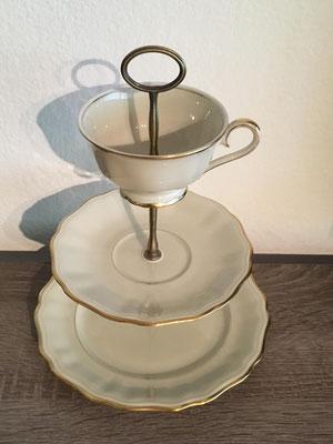 Nr. 312    sFr. 32.- (Dessertteller, Unterteller, Kaffeetasse)  Höhe ca. 25cm    (*)