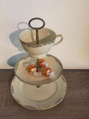 Nr. 321  sFr. 32.- (Dessertteller, Unterteller, Kaffeetasse)  Höhe ca. 25cm  (*)