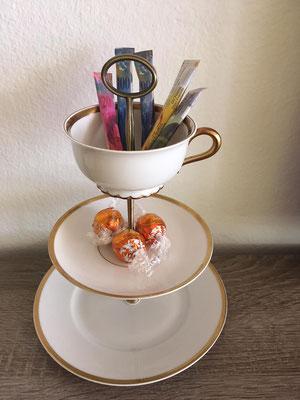 Nr. 128      sFr.  29.-   Dessertteller, Unterteller mit Kaffeetasse)  Höhe ca. 26cm