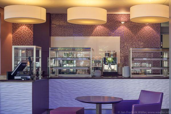 Lounge Bereich, Theke mit Kühlvitrinen; Foto: Jan-Frederik Wäller