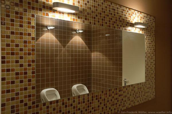Toilettenanlage im Untergeschoss, farblich abgestimmt; Foto: Jan-Frederik Wäller