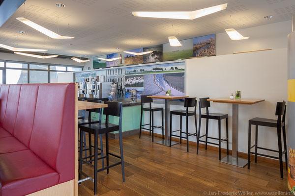 Steh- und Hochtischbereich, Theke mit Kaffeemaschine; Foto: Jan-Frederik Wäller