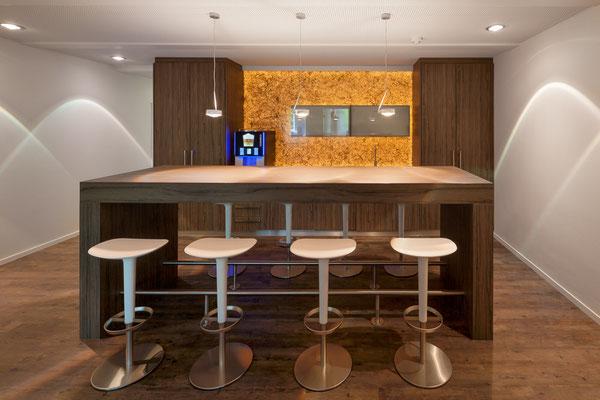 Tee- Kaffeeküche als Kommunikationsort im zentralen Bereich zwischen Büroräumen und Laboren; Foto: Jan-Frederik Wäller