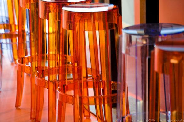 Barhocker aus durchsichtigem Kunststoff, passend zum Farbkonzept; Foto: Jan-Frederik Wäller