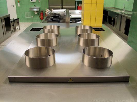 Blick in die offene Küche mit den Gaskochstellen für den Wokeinsatz; Foto: Jan-Frederik Wäller