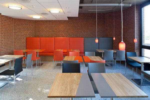 Blick in den Gastraum mit Bankanlage; Foto: Jan-Frederik Wäller