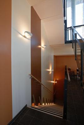 Treppe zum Untergeschoss, Farbkonzept, Wandgestaltung; Foto: Jan-Frederik Wäller