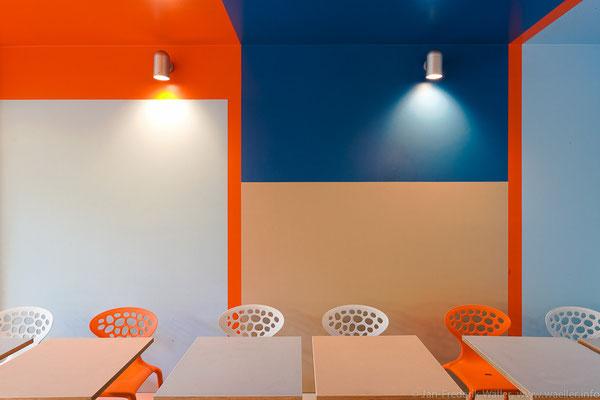 Wandgestaltung mit angefertigten Tischen, spezielle Kunststoffbeschichtung; Foto: Jan-Frederik Wäller