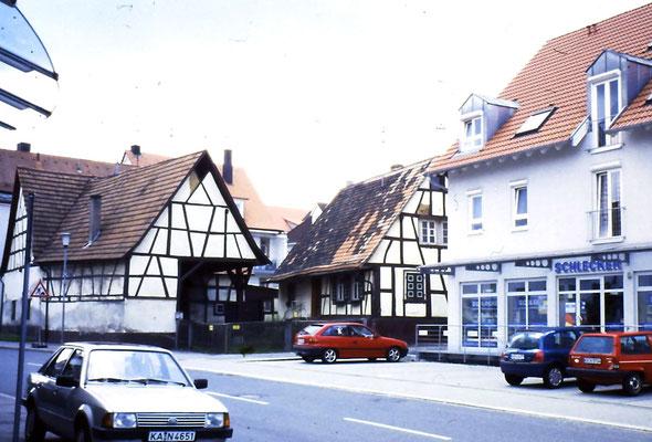 Adlerstr. 68, rechts ehemaliger Schlecker, hinten das Häuschen Essl das schon abgerissen worden ist