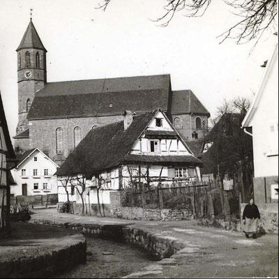 Waldprechtsstraße mit Bach und Kirche 1. Das weiße Haus unterhalb der Kirche (jetzt am Kreisel Friedhofstrasse/Waldprechtsstrasse)  hatte 1925 noch Sichtfachwerk. Sieht Fotos Nr. 65