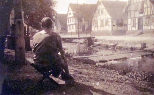 Klara Schindler beim zeichnen an der Adlerstraße