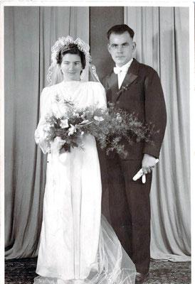 ca. 1949 Reichert Anna geb. Gräser & Albert. Kleid aus Fallschirm aus Italien