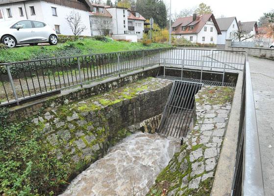 Waldprechtsbach, Beginn der Verdolung (2017). Durch Verstopfungen bei Hochwasser durch Äste, Bäume u.a. große Gefahrenquelle.