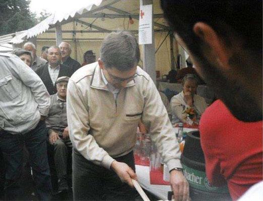 2006 Fassanstich Straßenfest beim TKV durch Bürgermeister Himmel