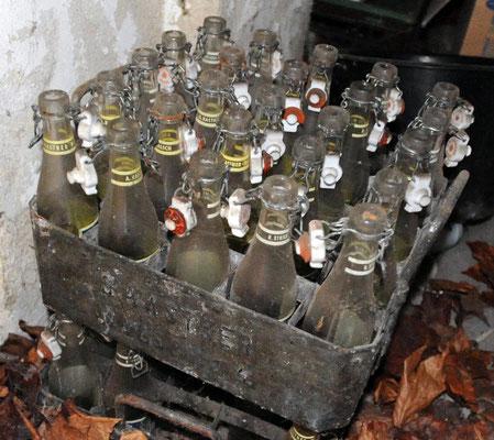 Sprudelkasten Kastner, links Kastner, rechts Strickfaden Flaschen