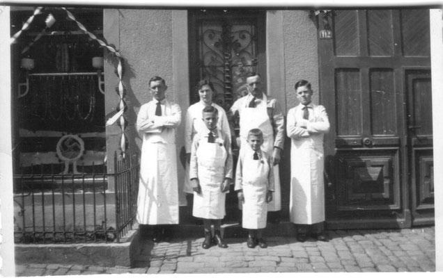 Familienbild. hinten Mitte: Maria und Eugen Kastner, vorne Mitte: die beiden Söhne Ludwig und Edwin, ca. 1935