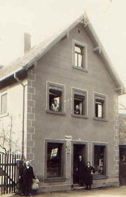 um 1900: oben links: bertolds Frau Anna, unten links: Bertold Huck, unten Mitte: Töchter Luise und Bertl