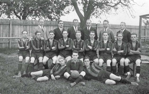 FV Malsch Mannschaft und Verwaltung ca. 1930 - (hinten 3.v.l. Karl Gräßer (Männels Karl)