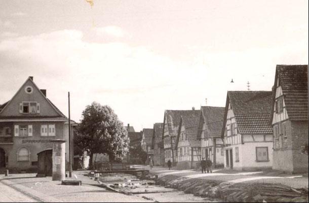 Adlerstraße mit Bach und Sparkasse