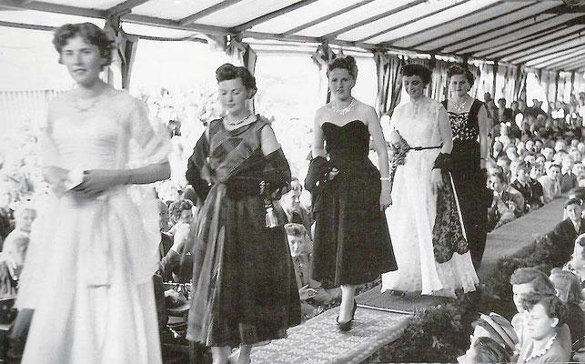 Katharina Rubel Modenschau 1953 mit Kreationen aus dem Hause Rubel - am Festplatz- 3.v.l. Tochter Anneliese und 1.v.r. Tochter Gerlinde