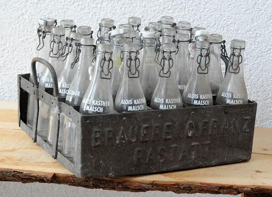 Kastners Sprudelflaschen im Bierkasten der Brauerei Franz