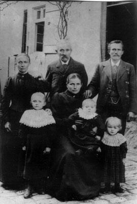 hi: Bertolds Frau Elisabeth, geb. Speck, Berthold, Sohn Franz; vo: Klara, ehefrau von Franz mit Töchter Flora, Theresia u. Elisabeth