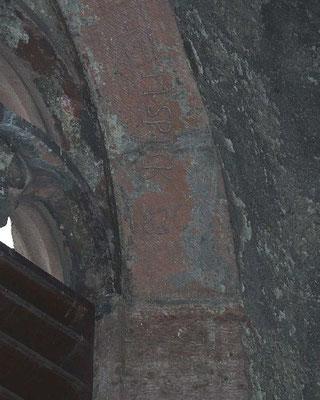 """Gravuren an einer Schallöffnung (u.a. """"SPECK 1826""""), vielleicht auf einem Stein der Burg Waldenfels."""