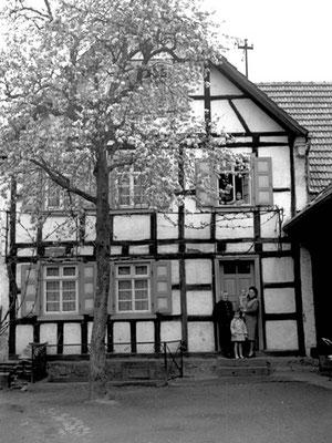Richard-Wagner-Straße 22 erbaut von Fam. Ihli, dann Schottmüller, Reichert und jetzt Schneider. Frau rechts: Anna Schottmüller, geb. Ihli, mit drei Enkeln.
