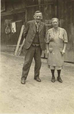 Lorenz und Stephanie Strickfaden im Hof ihres Anwesens
