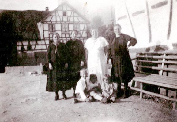 Im Hintergrund Friedhofstraße,  ca 1925, heute Kreisel