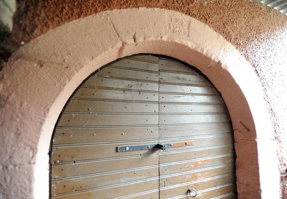 Kellerabgang mit Jahreszahl 1839, rechts am Türpfosten Mesusa, jüdisches Hausheiligtum