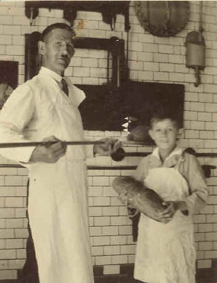 Johann und Sohn Betram in der Backstube, ca. 1941