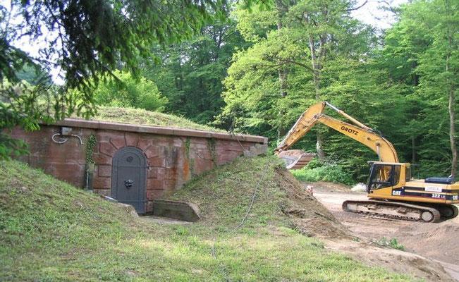 Der Bagger zum Abriss des Hochbehälters II von 1926 steht bereit