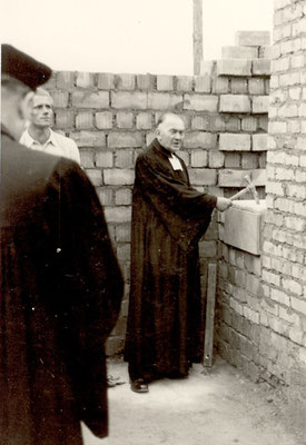 Pfarrer Dinglinger 1955 bei der Grundsteinlegung