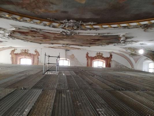 Ein komplett geschlossener Gerüstboden 2m unter der Decke