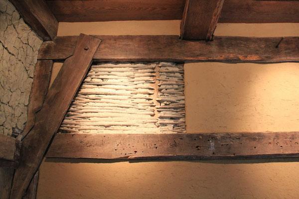Lehmputz mit Stroh, auf Haselnussgeflecht