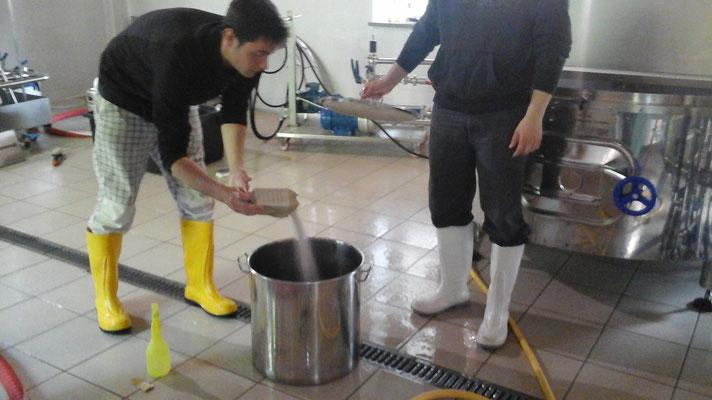 il lievito viene attivato in poco mosto di birra prelevato dalla caldaia e raffreddato