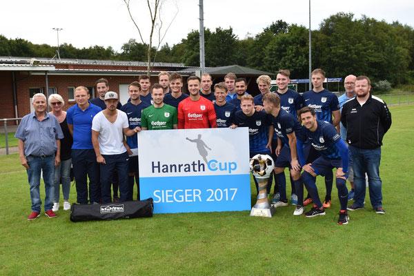 Den Hanrath-Cup 2017 gewann Blau-Weiß Papenburg. Das Bild zeigt die Siegerelf zusammen mit den Hauptsponsoren Herbert und Annegret Hanrath (links) sowie dem Vorsitzenden der Eintracht, Benno Gerbrand (2.v.rechts) und Organisator Jens Schipmann (rechts).