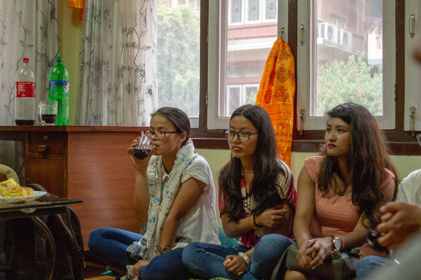 drei Studentinnen hören aufmerksam zu